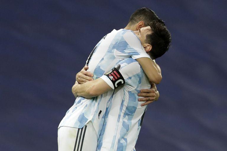 Un abrazo del alma: Messi y Di María celebran el gol del 1-0 sobre Brasil en el Maracaná, el que valió una Copa América