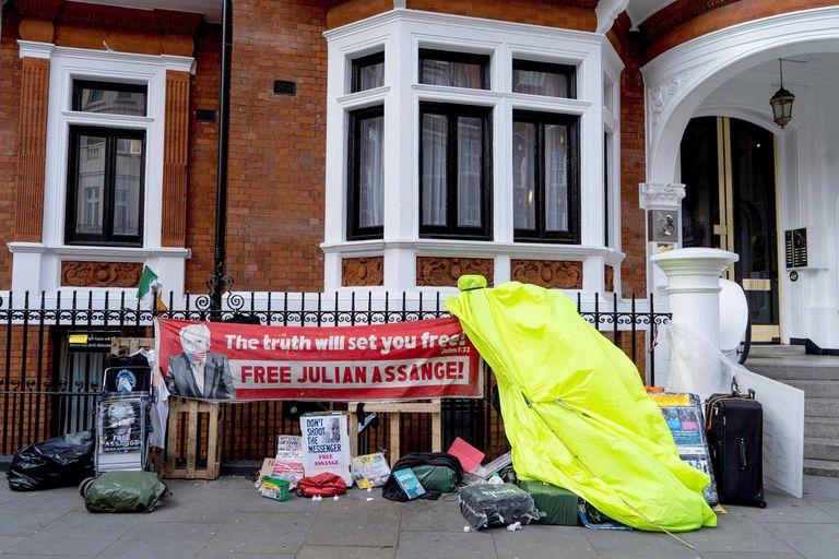Pelo largo y barba tupida: así fue la detención a Assange en la embajada