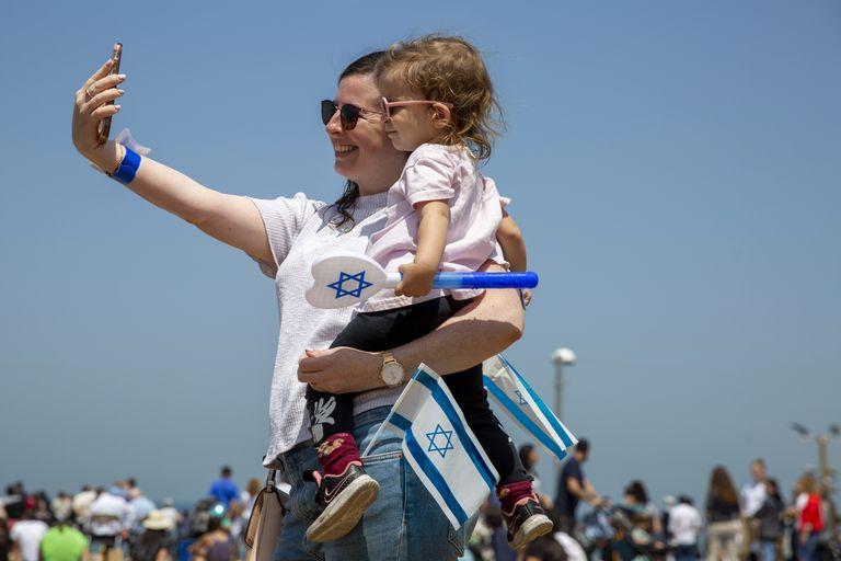 Una mujer disfruta con su hijo en las calles de Tel Aviv