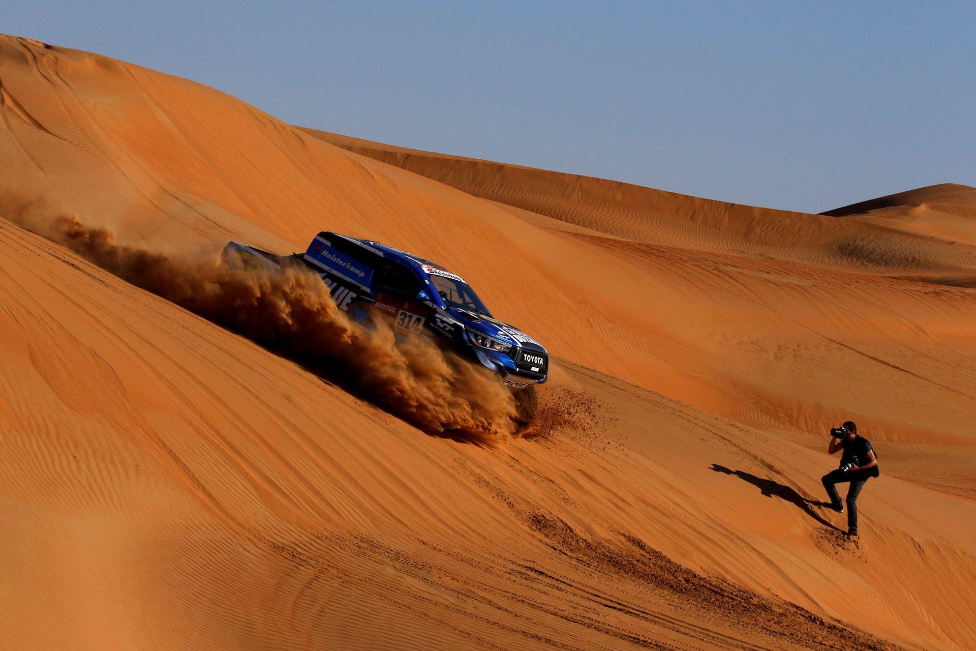 El piloto Sebastien Delaunay desciende de las dunas en la etapa 11