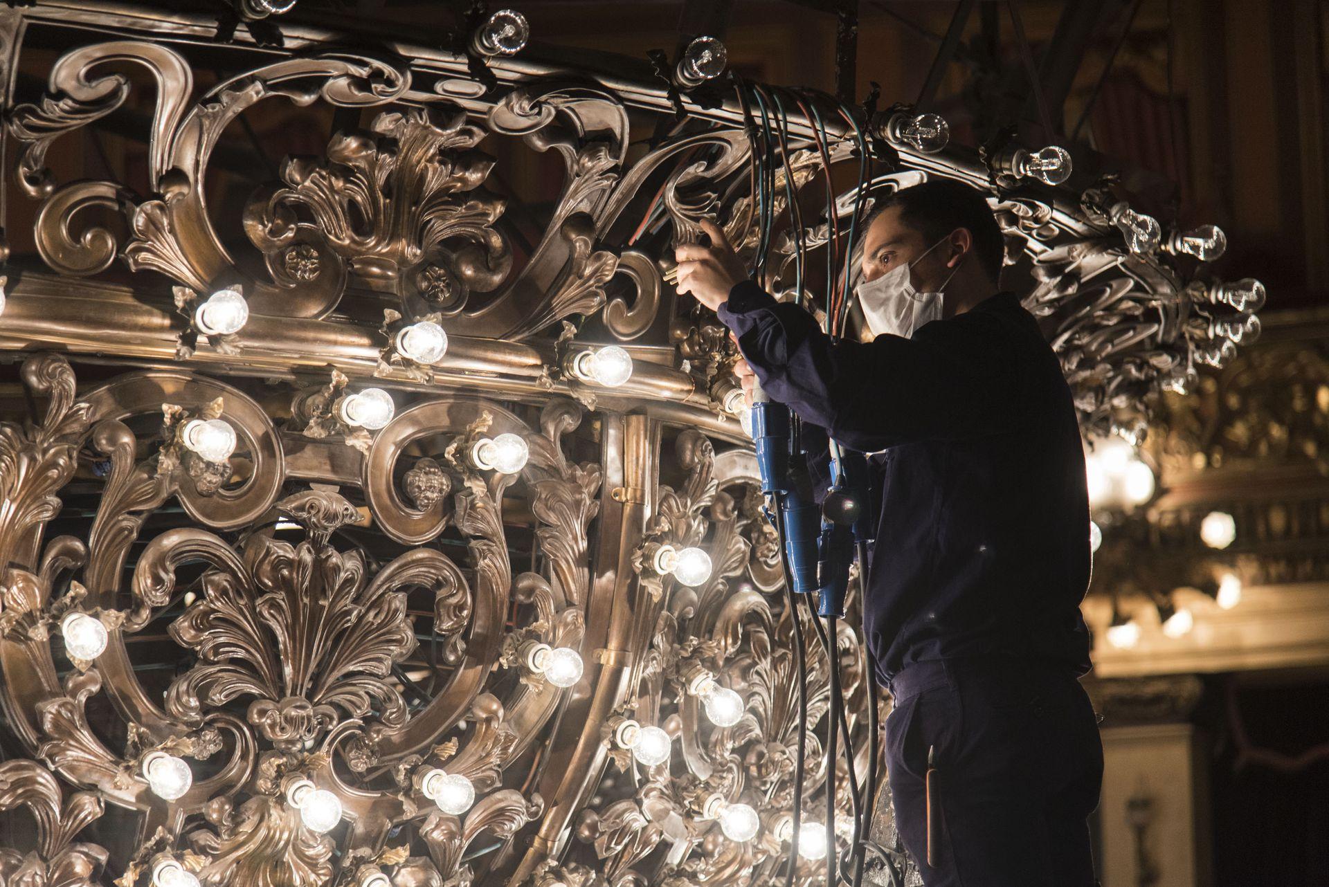 Limpieza de la araña principal del Teatro Colón