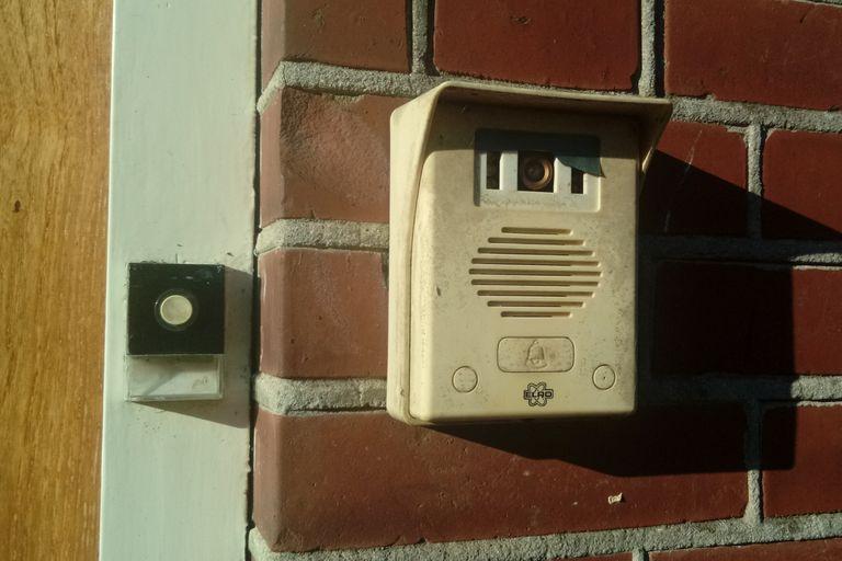 Sonaba el timbre a diario, pero no había nadie en la puerta: una cámara reveló la verdad