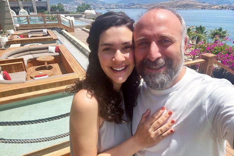 Bergüzar Korel y Halit Ergenç dieron a conocer el sexo y nombre de su tercer hijo