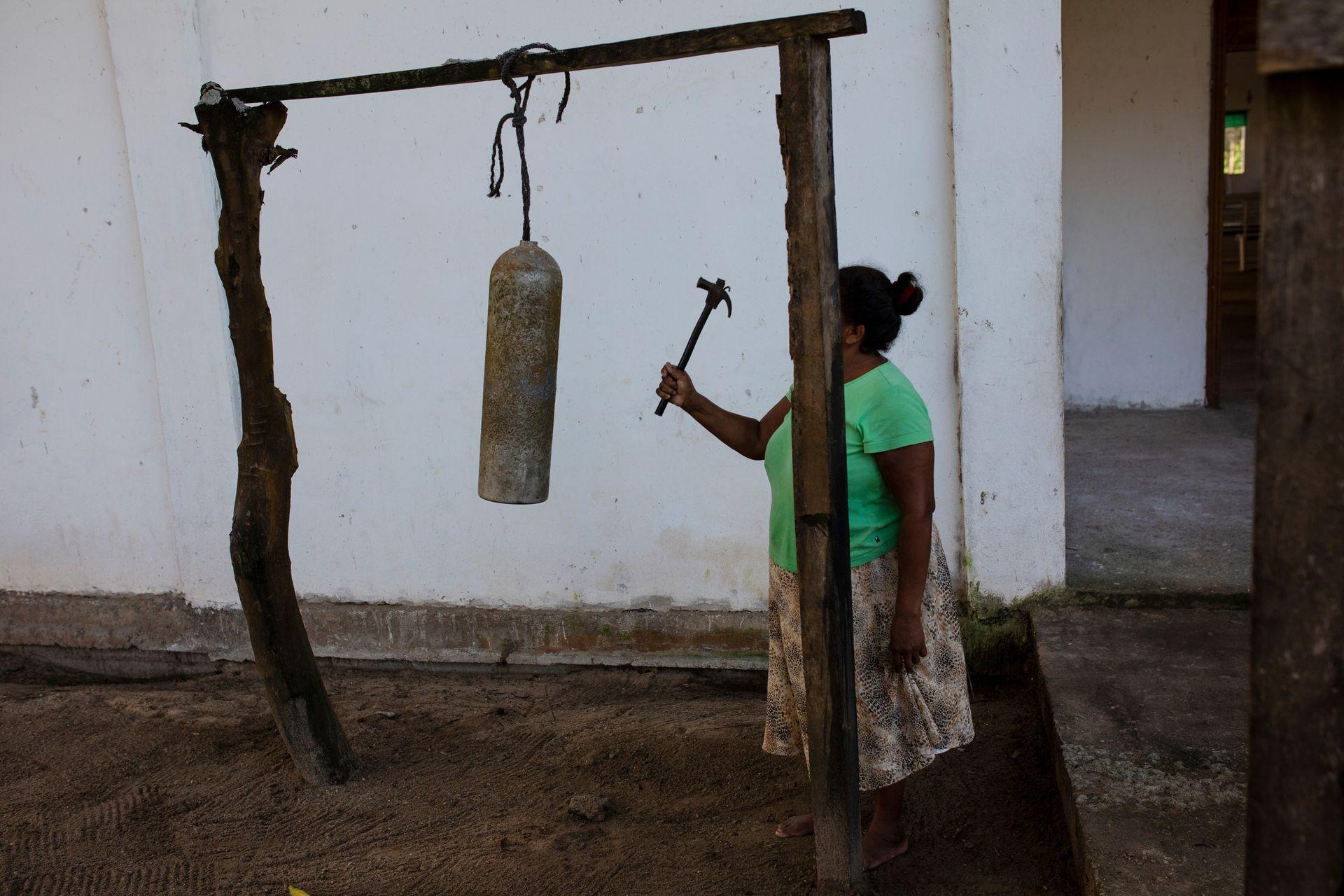 Elvira Mendoza Espinosa anuncia la misa matutina en Kaukira, Honduras