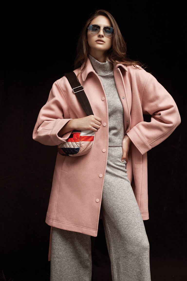Tapado de paño rosa (Furzai), buzo gris de algodón (Las Pepas), pantalón gris de algodón tiro alto (Las Pepas), riñonera de tela en colores (Perramus)