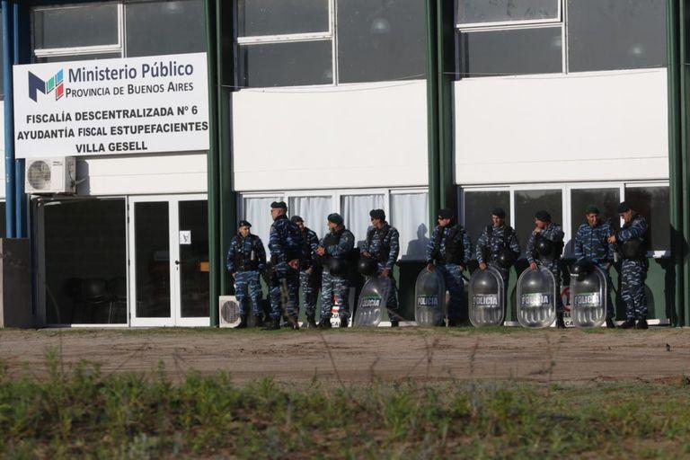 Cuatro de los sospechosos del crimen en Villa Gesell protestaron contra la fiscal y los medios