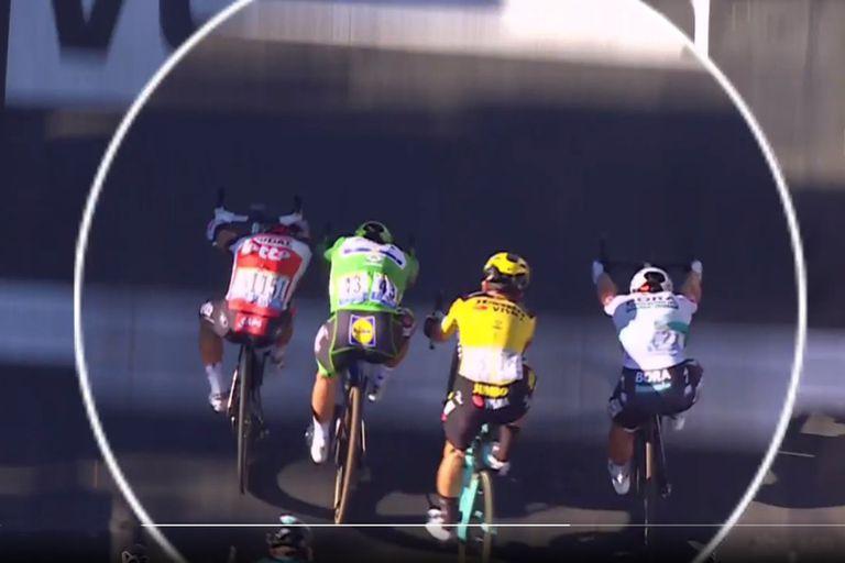 """Caos en el Tour de Francia: cuatro ciclistas juntos, """"codazo"""" y una dura sanción"""