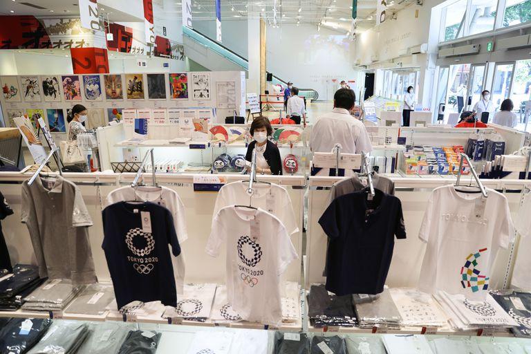 Japoneses visitan diariamente las tiendas oficiales de los Juegos de Tokio 2020.