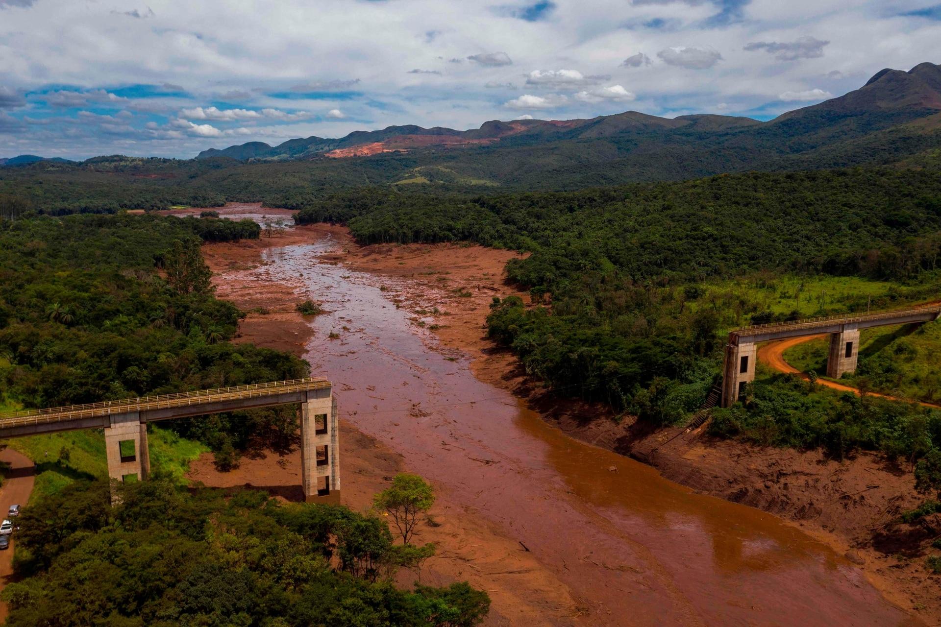 Vista aérea del puente ferroviario derribado por un alud después del colapso, el 27 de enero. Los funcionarios brasileños suspendieron el domingo la búsqueda de sobrevivientes potenciales.