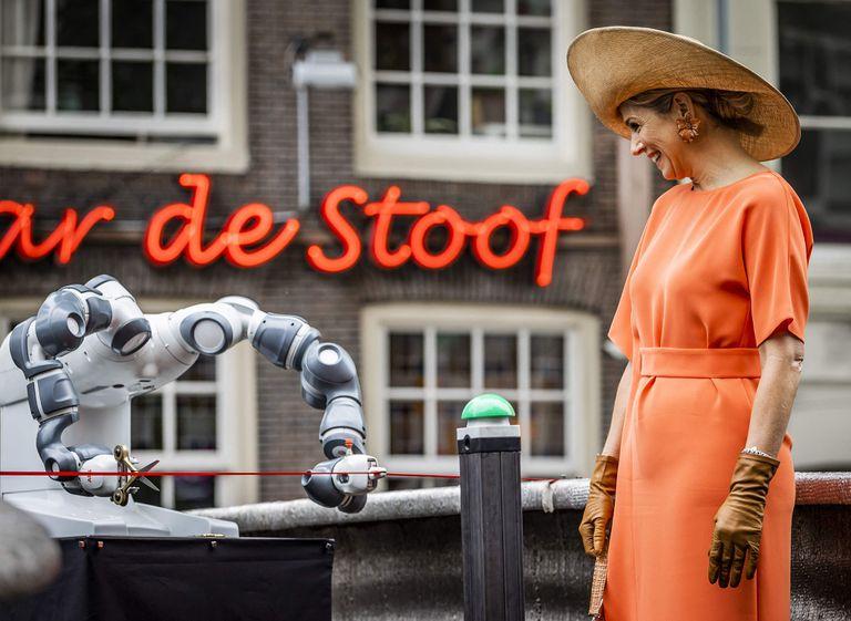 La reina de Holanda apretó un botón verde y un robot se encargó de cortar la cinta inaugural del nuevo puente (Remko de Waal/ANP/AFP)