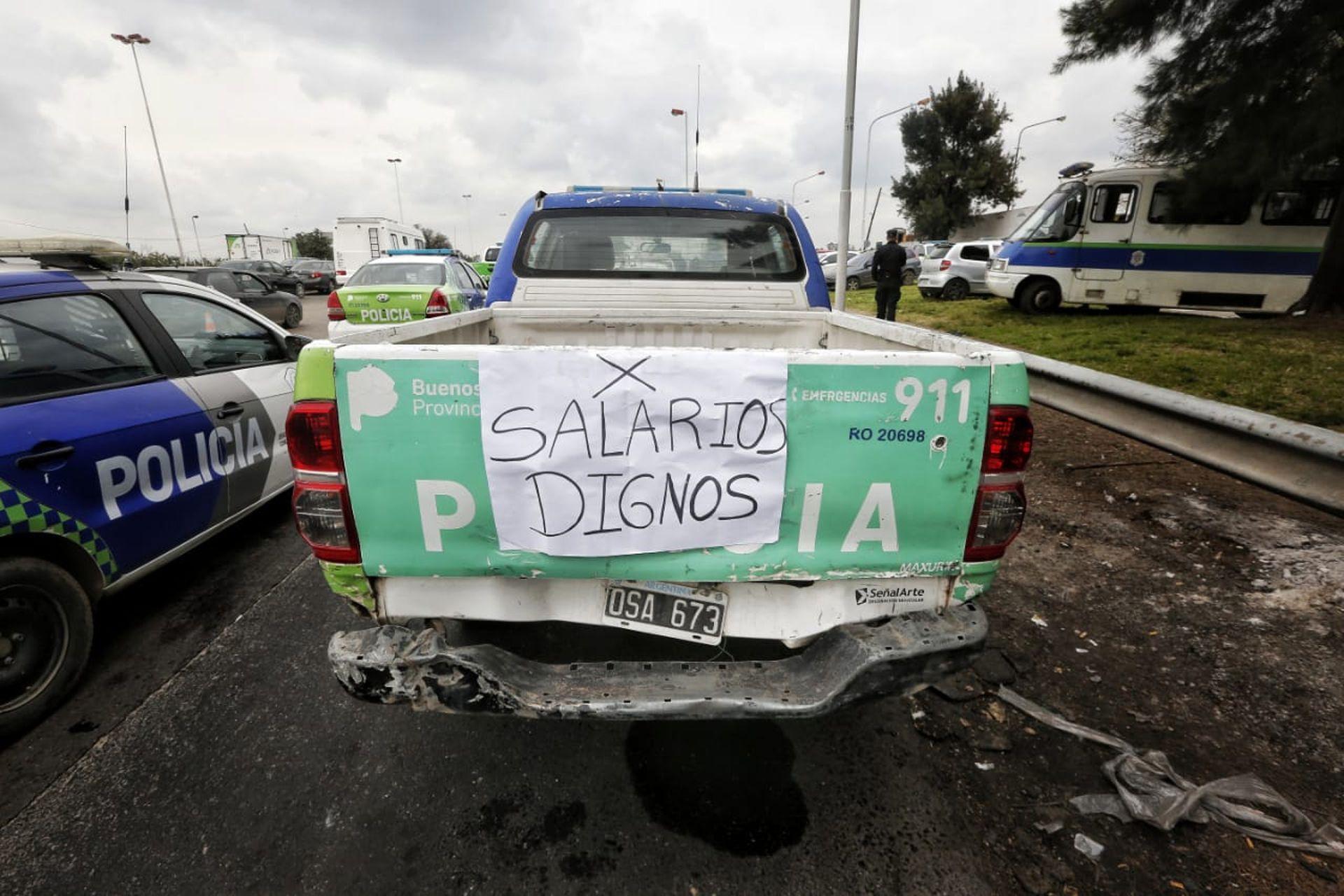 Patrulleros con pancartas en el Puente 12, en La Matanza