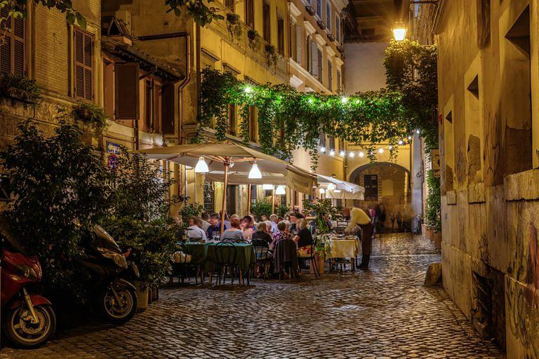 Una callecita de noche en la zona de restaurantes de Trastevere