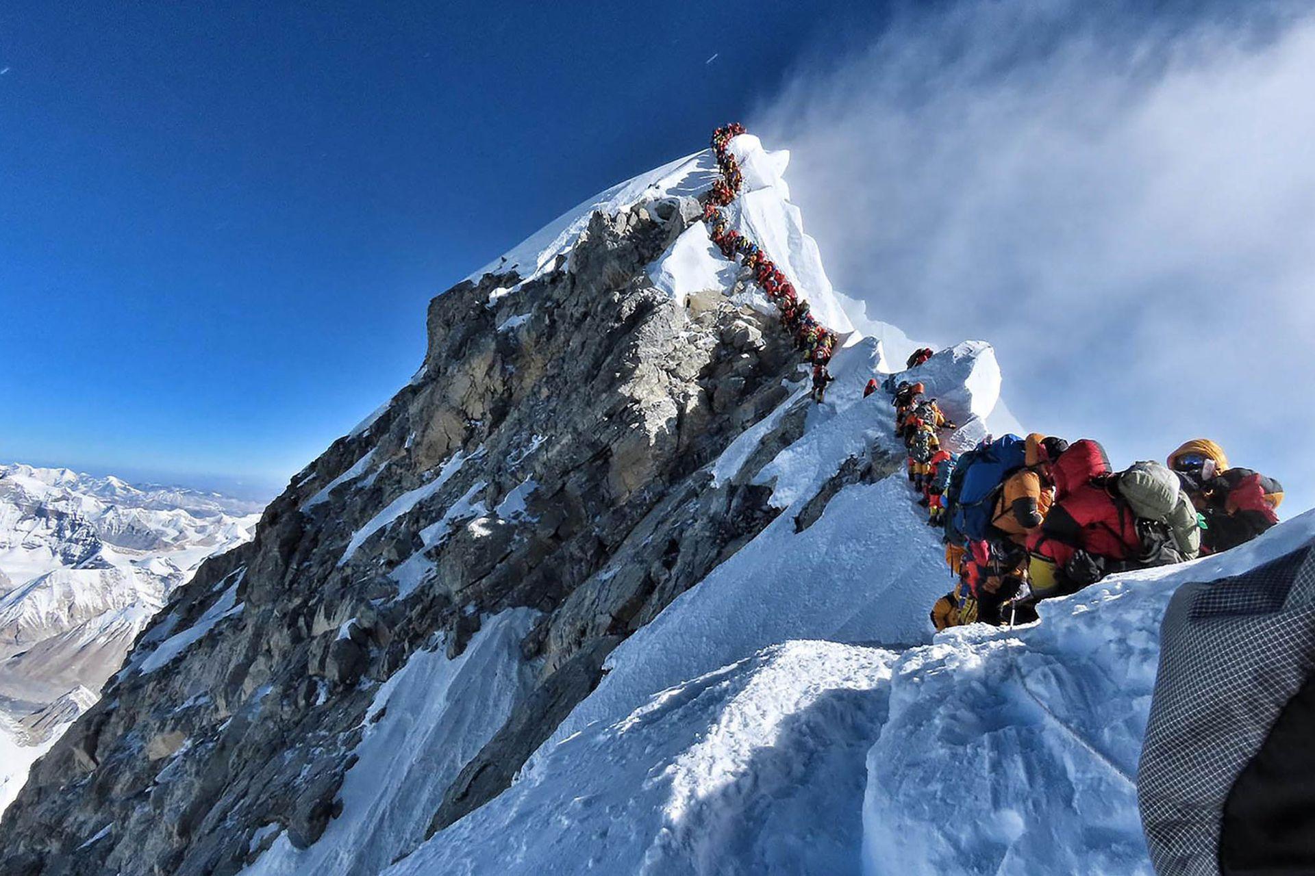 La foto del embotellamiento rumbo a la cima del Everest, del pasado 22 de mayo.
