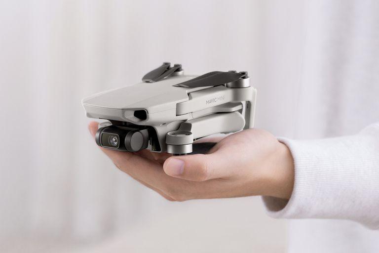 El nuevo modelo de DJI tiene un diseño compacto que cabe en la palma de la mano, y mantiene una cámara de 12 megapixeles con estabilizador y una autonomía de vuelo de hasta 30 horas