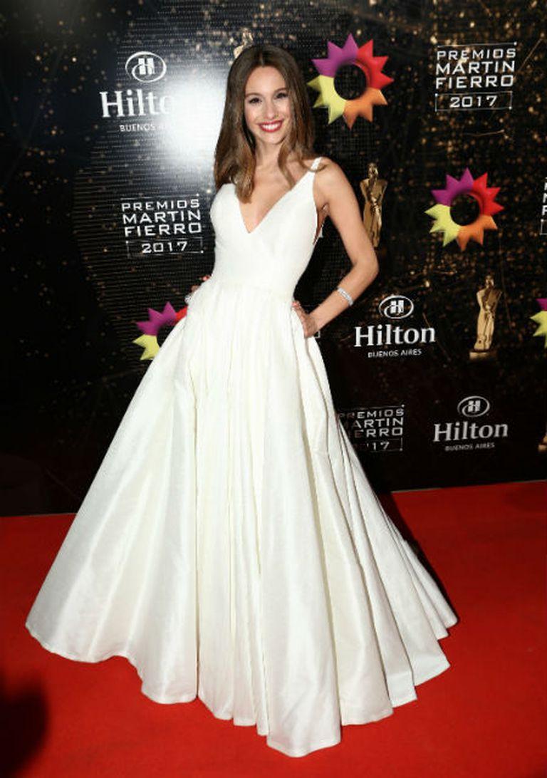 Impecable como siempre, la modelo optó por un vestido blanco con corte princesa de Javier Saiach. Completo el outfit con joyas de Rubi Rubi
