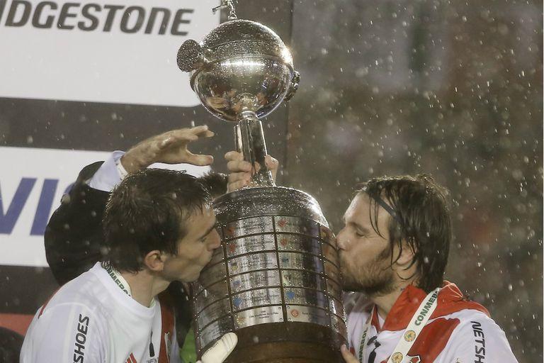 La capitanía compartida y el beso a la Libertadores 2015 de Fernando Cavenaghi y Marcelo Barovero