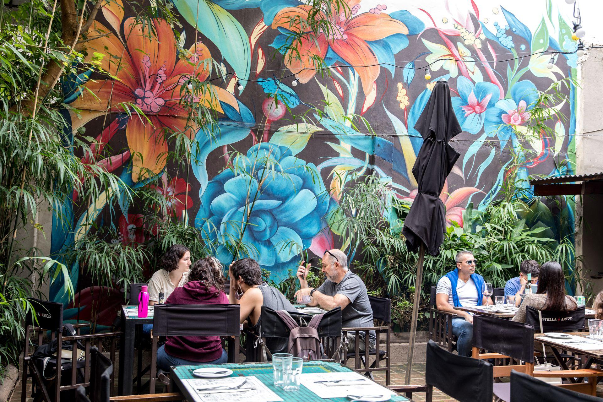 El patio tropical y su colorido mural, un microclima sobre el renacido Boulevard Sáenz Peña.
