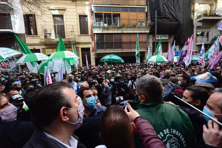 Pablo Moyano encabezó la protesta por la falta de pago a los empleados de Garbarino