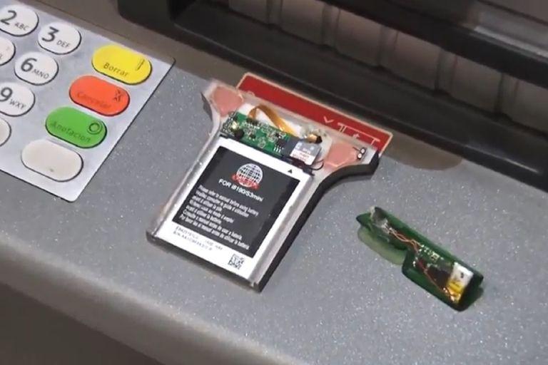 Un dispositivo de clonado de tarjetas instalado en un cajero automático de Recoleta