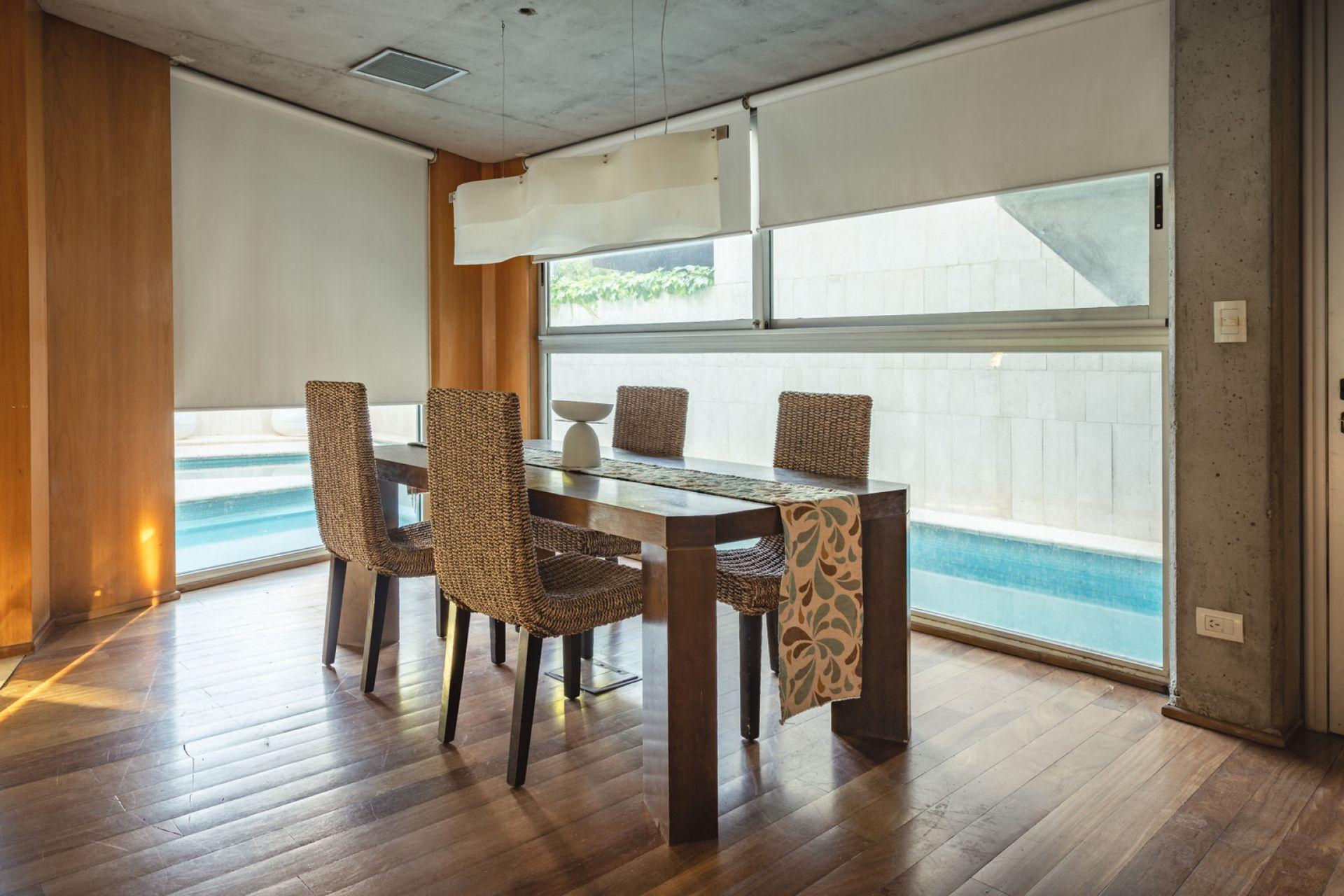 Los materiales que predominan en la casa: madera, vidrio y hormigón