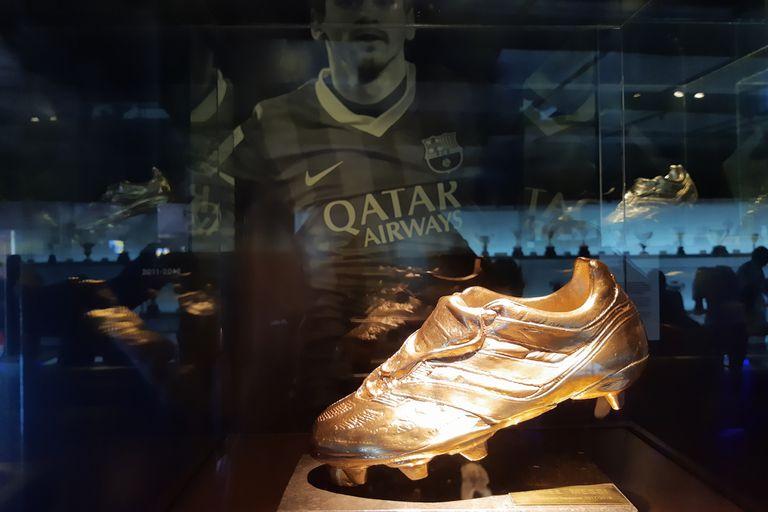 Las vitrinas del museo resplandecen con los botines de Leo