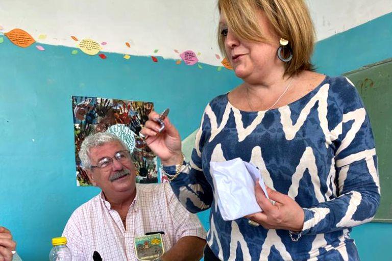 La directora actual de la escuela, Graciela Herrera, entrega medallas conmemorativas a los exalumnos