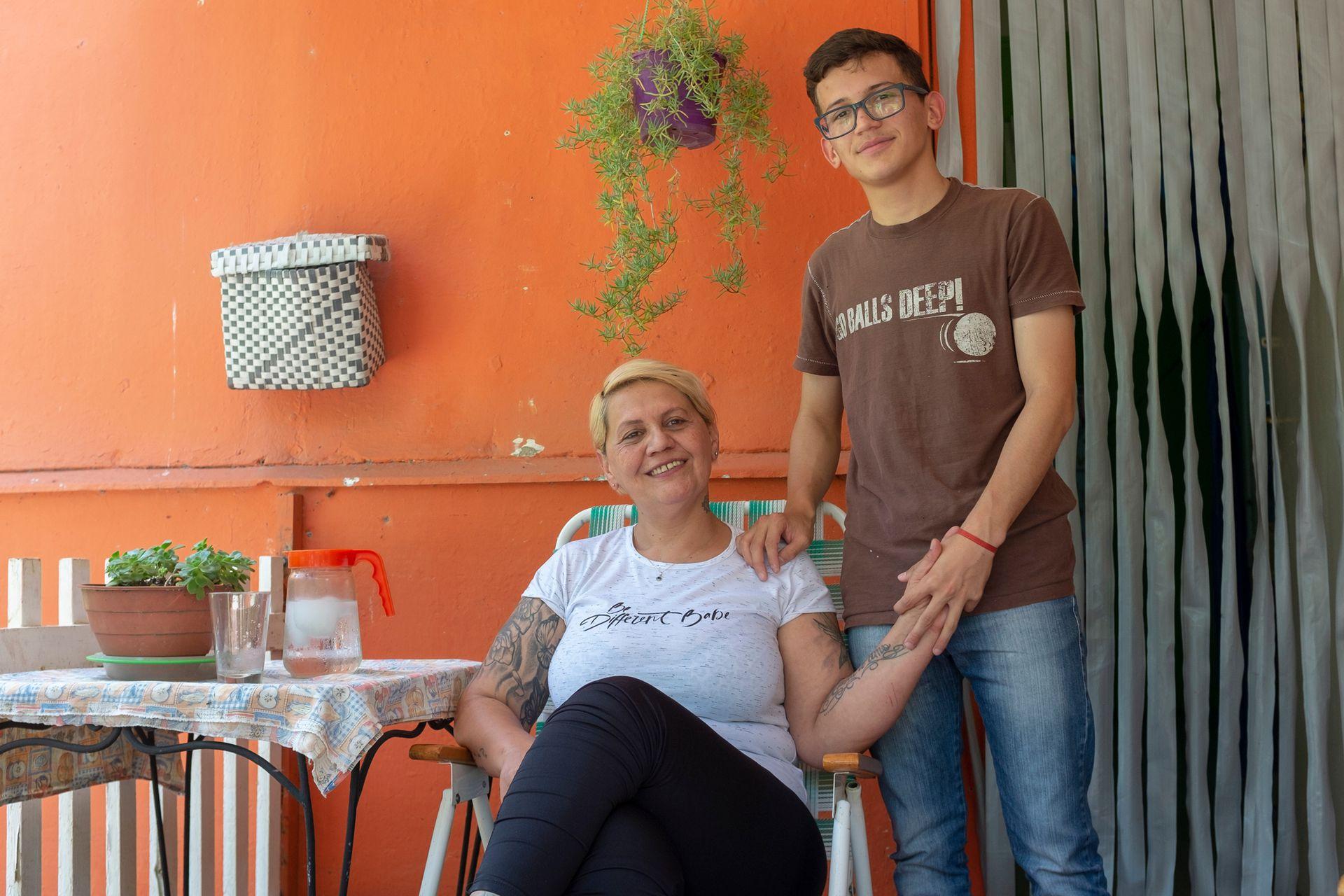 Beatriz Amarilla (43 años) en la puerta de la casa que comparte con sus hijos Leandro (17 años), Carla (20 años) y Maxi (23)
