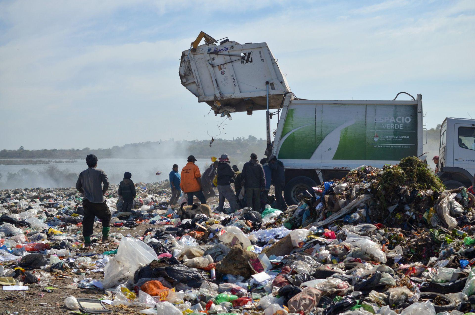 El Volcadero es un basural a cielo abierto donde se tiran 250 toneladas de basura por día. De esos desechos viven, según cifras oficiales, 200 familias. Para las ONG serían 700