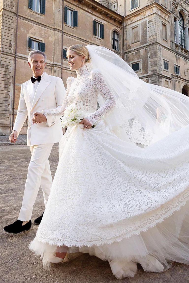 Aunque se especulaba que la novia podría lucir la tiara de la familia Spencer, la misma que usó Diana cuando se casó con el príncipe Carlos, finalmente optó por un recogido sin joyas. El novio, Michael Lewis, también lució de punta en blanco.