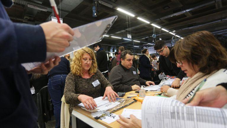 El recuento comenzó en el Teatro Argentino de la ciudad de La Plata con los votos de la octava sección electoral