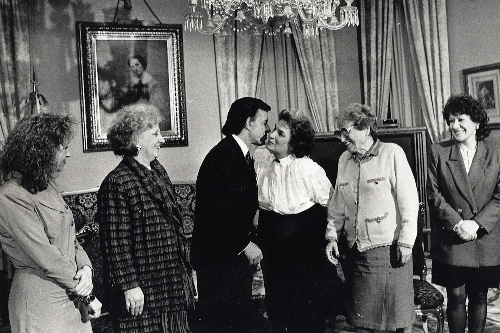 Estela de Carlotto con un grupo de Abuelas de Plaza de Mayo fueron recibidas por Menem, en 1992