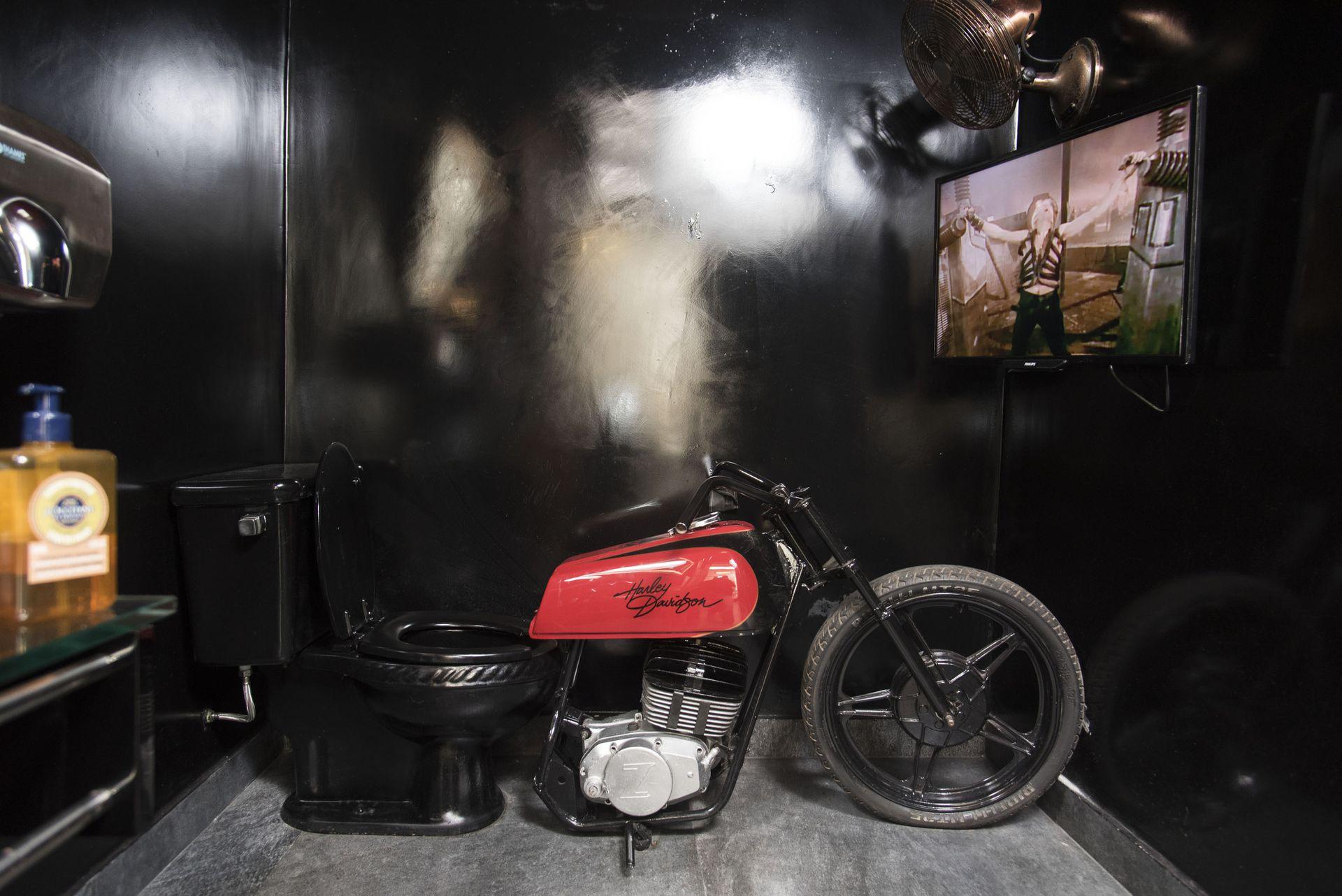 El inodoro-moto fue un invento de Bañares