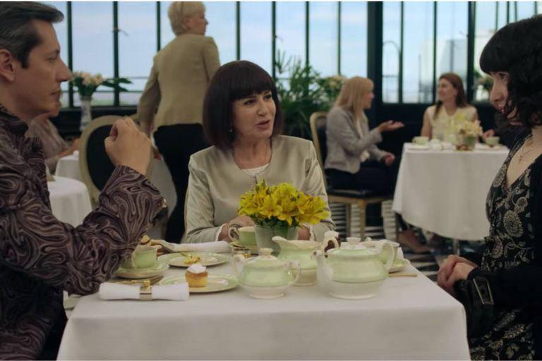 La pastora Elena (Mercedes Morán) toma el té con Celeste (Sofía Gala) y su hijo (Patricio Aramburu)