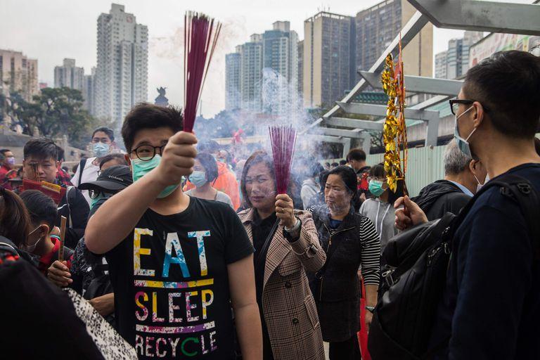 El miedo a la enfermedad no impidió sin embargo que la gente acudiese a los templos, aunque muchos lo hicieron protegidos con máscaras sobre la boca