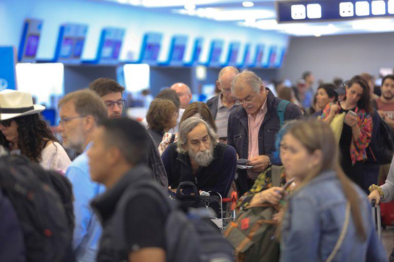 """En el texto, la aerolínea dice que tomó una decisión """"muy difícil"""", pero """"lamentablemente inevitable"""" y aclara que realizó """"todos los esfuerzos posibles"""""""