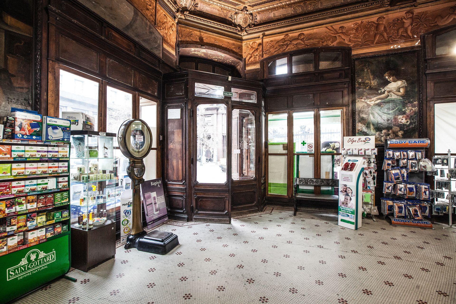 El interior de la Farmacia La Estrella, que ahora está en remodelación.