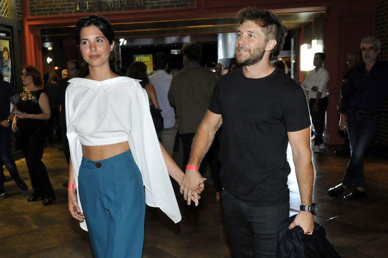 Nicolás Riera y su novia Giuliana Gabetta asistieron al estreno de El Robo del siglo