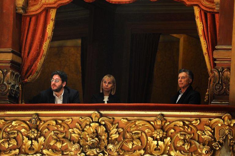 El presidente Mauricio Macri, junto al secretario de Cultura Pablo Avelluto y la directora del teatro Colón, María Victoria Alcaraz