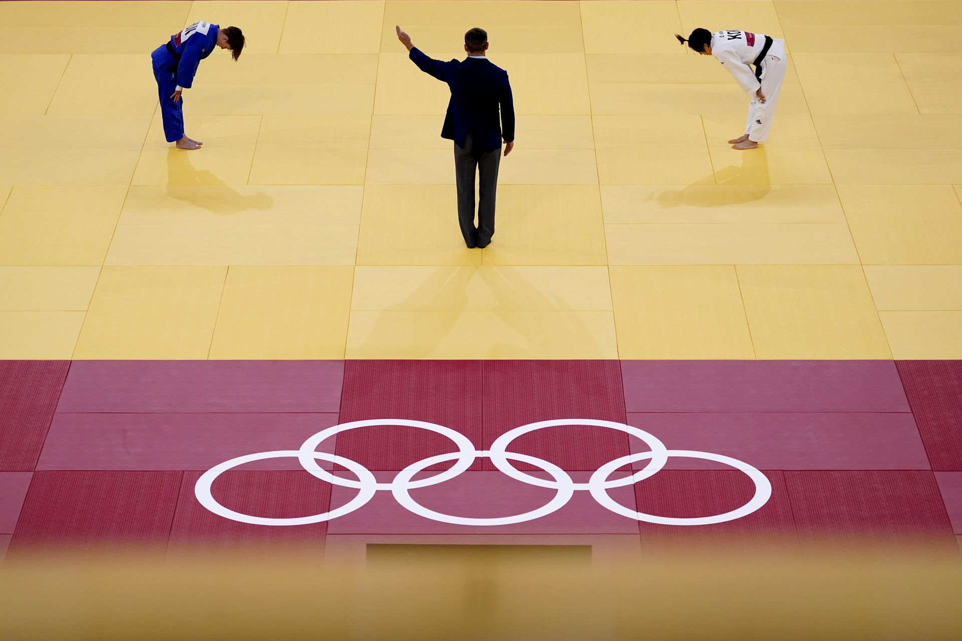 Reka Pupp, de Hungría, a la izquierda, hace una reverencia después de ganar su partido de judo de repesca de -52 kg femenino contra Park Da-sol, de Corea del Sur, a la derecha, en los Juegos Olímpicos de Tokio 2020, el domingo 25 de julio de 2021, en Tokio.