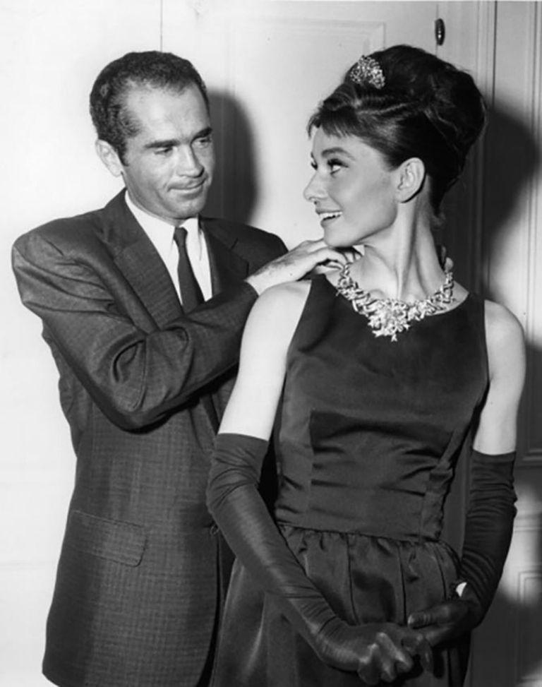 Henry B Platt, el bisnieto del fundador de Tiffany's, con Audrey Hepburn en 1961: la actriz luce el diamante de 128 quilates que Gaga usó en los Oscar