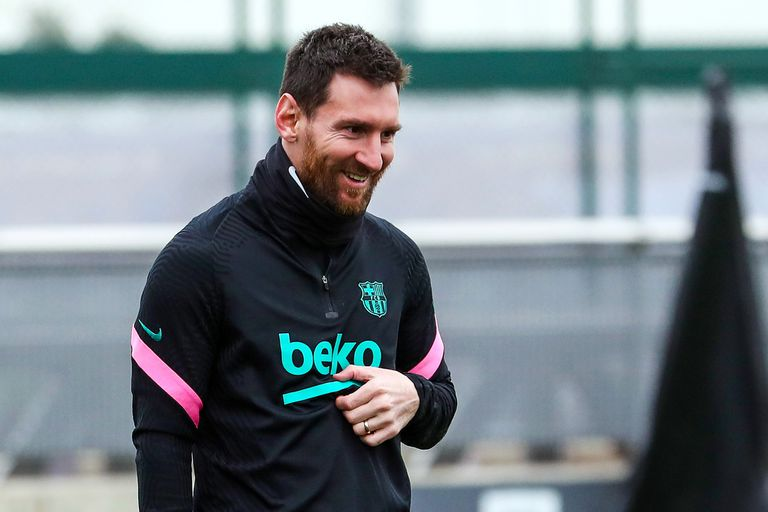 Lionel Messi sonríe durante el último entrenamiento de Barcelona