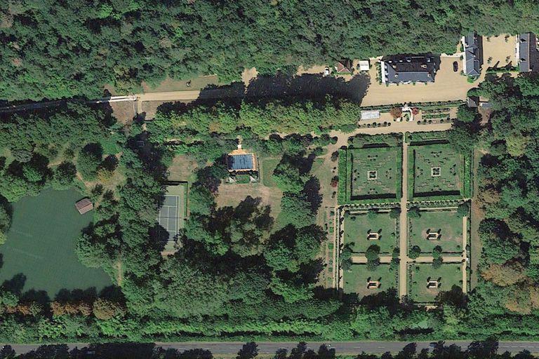 Una vista aérea del Château de Fourchette, donde se aprecian su espectacular jardín, pileta de natación, cancha de tenis, lago y el bosque de la propiedad.