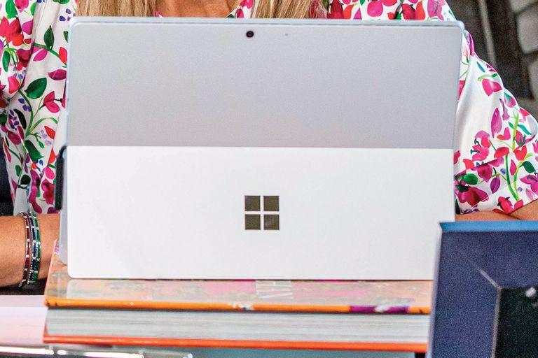 Para sus videoconferencias usa una tablet Microsoft Surface Pro 7 (cuyo precio oscila entre los 690 y los dos mil dólares) que mantiene elevada con un trípode o una pila de libros para que su plano no resulte contrapicado