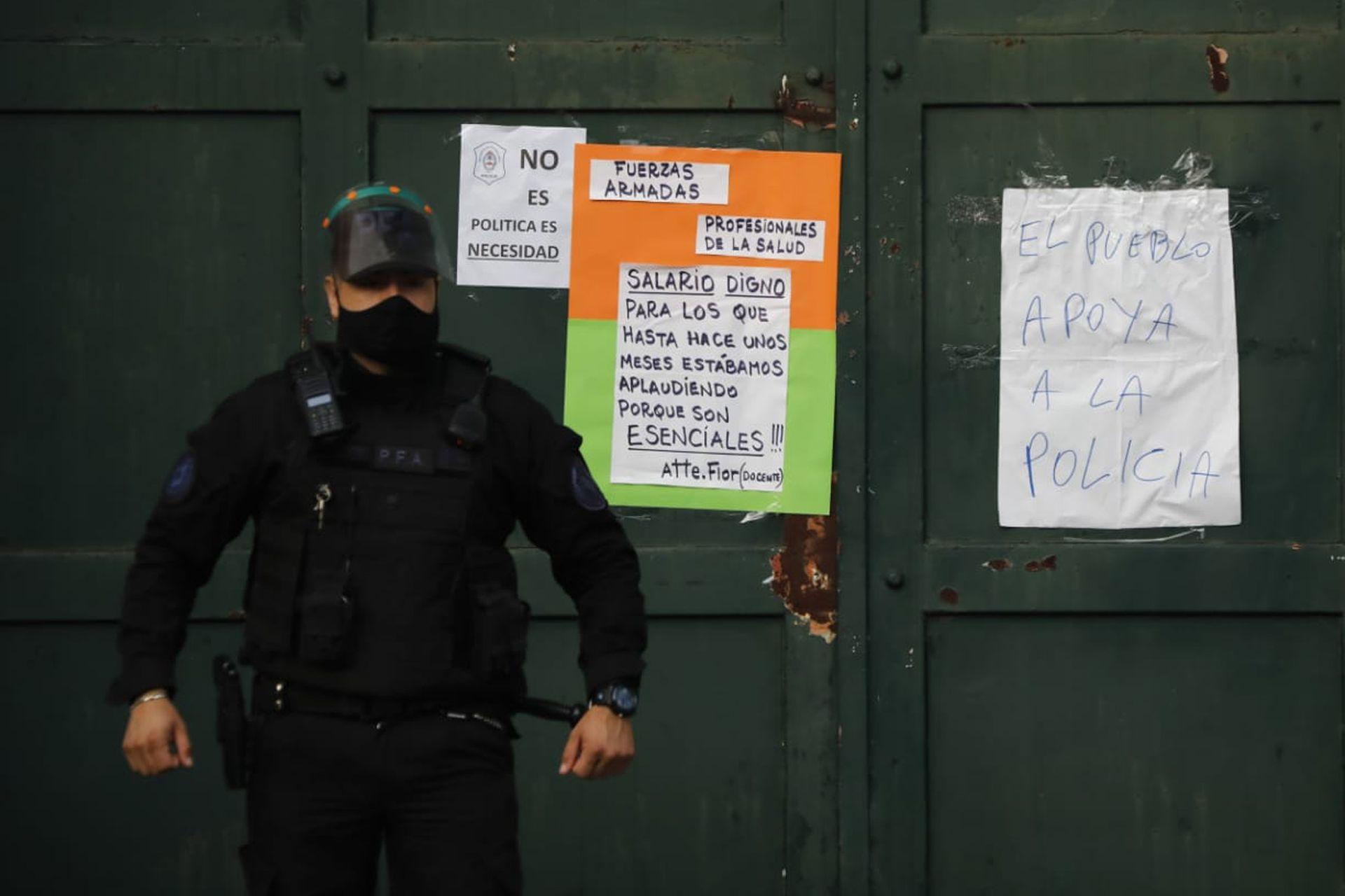 Pedido de mejora salarial para la policía bonaerense, frente a la quinta de Olivos