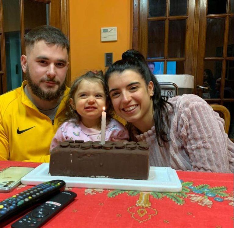 Lourdes, de dos años y medio, junto a sus padres, Camila y Rodrigo; hace unos doce meses fue diagnósticada con el síndrome de Rett