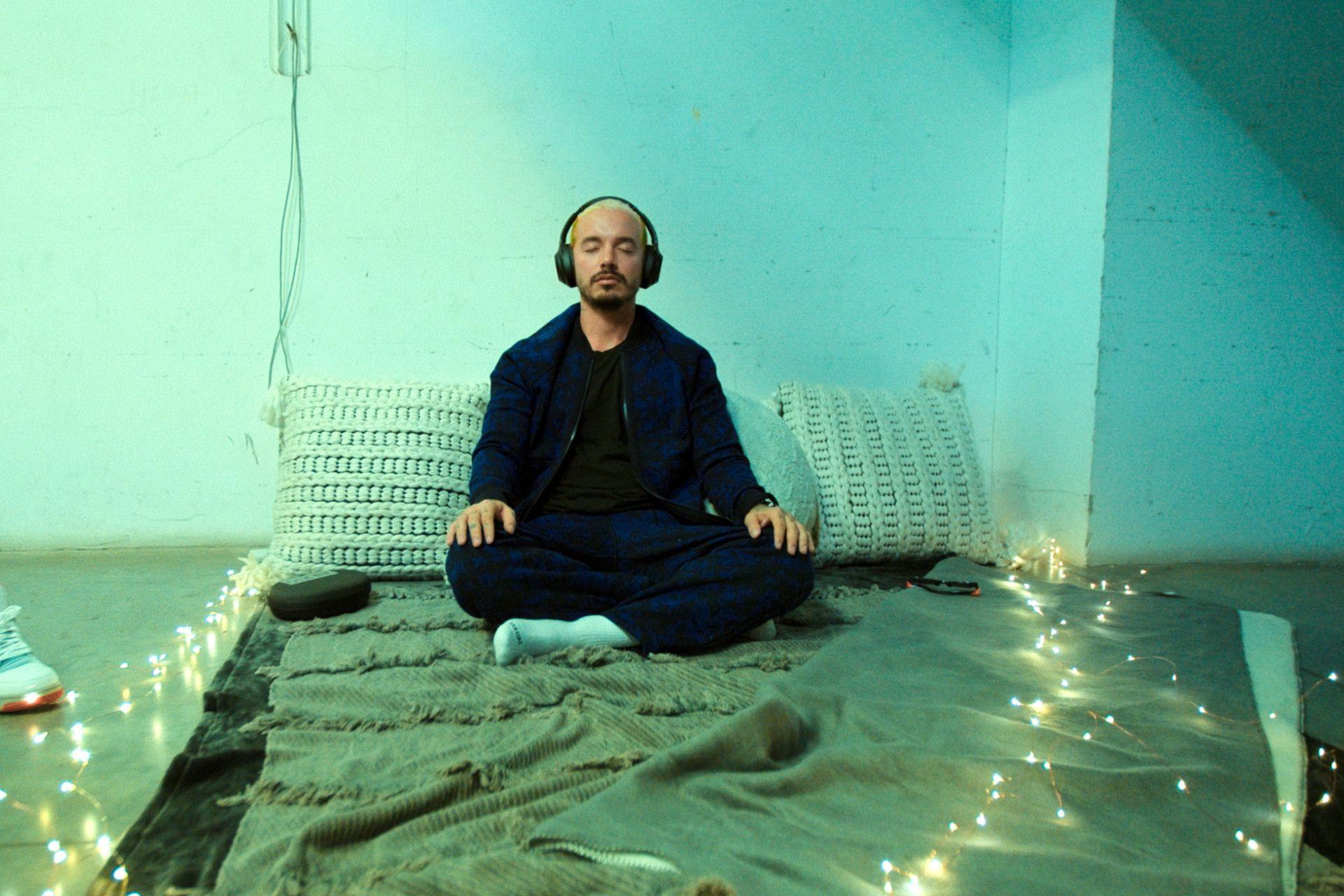 Antes del gran concierto y para bajar su ansiedad, Balvin medita en una sala preparada exclusivamente para que pueda estar tranquilo