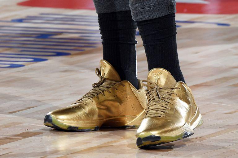 Anthony Davis usó zapatillas doradas, a tono con uno de los colores de Los Angeles Lakers.