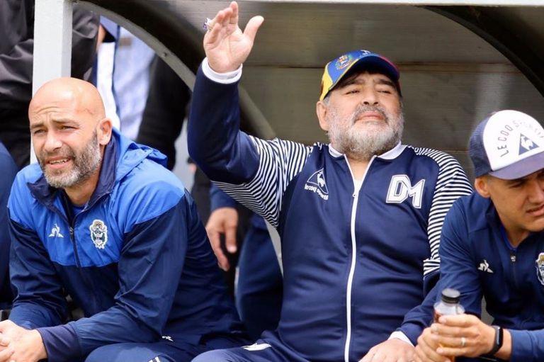Diego Maradona junto con Sebastián Méndez y Adrián González, en la victoria ante Aldosivi, en Mar del Plata