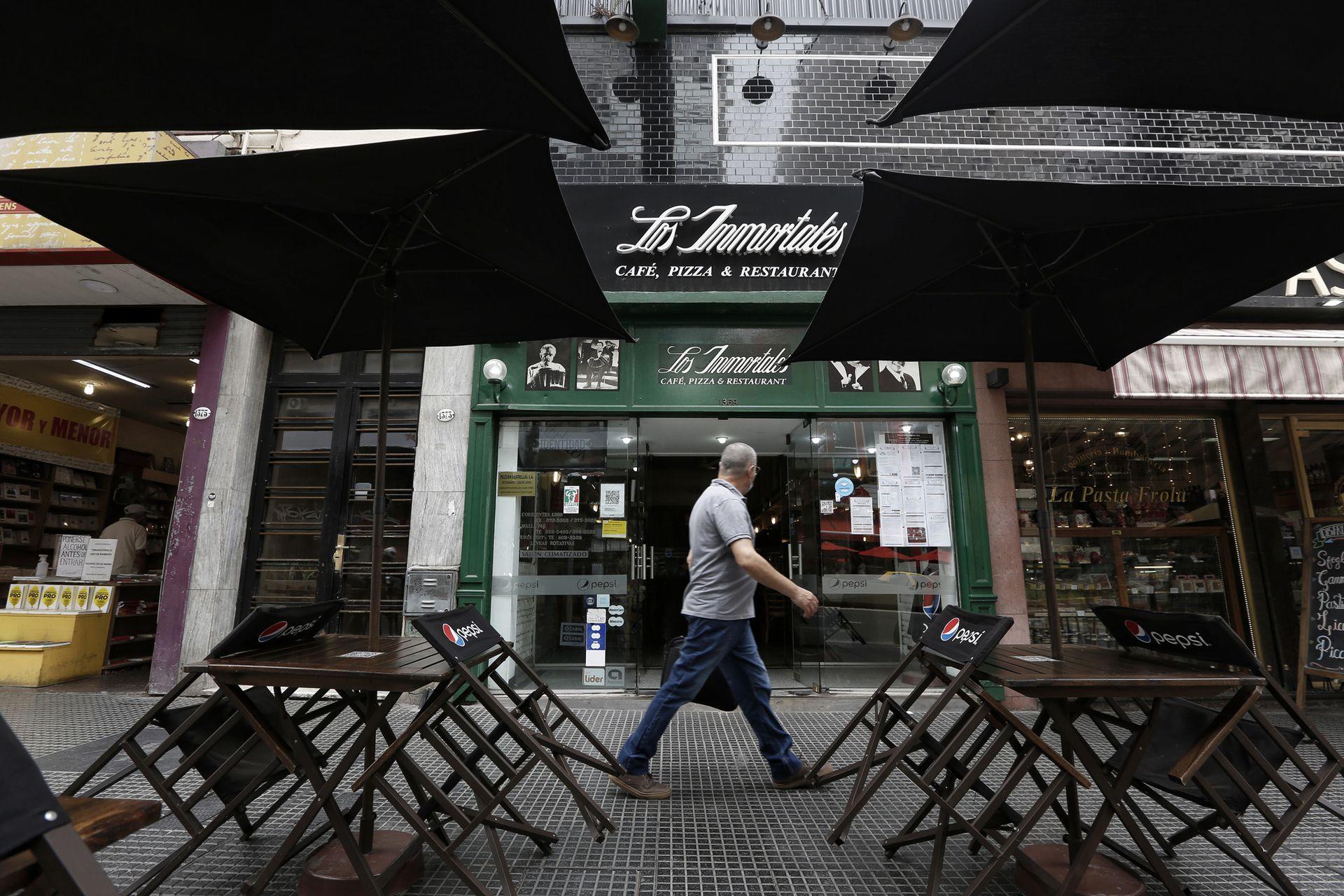 La sucursal de la pizzería Los Inmortales, sobre la Avenida Corrientes, servía 100 cubiertos por mediodía, y anteayer sirvió solo siete