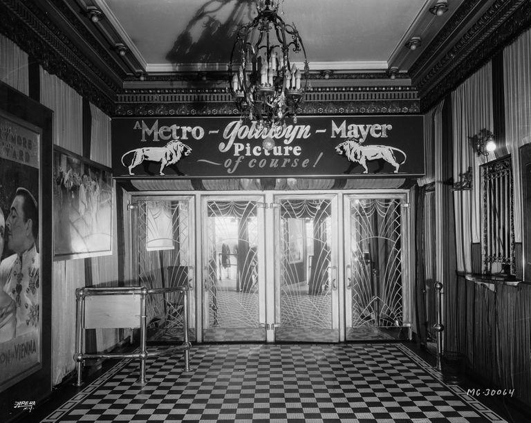"""En 1933, cuando aún no se habían dividido los estudios de las exhibidoras en Hollywood, el foyer de un cine de MGM, adornado con el logotipo del león del estudio y las palabras """"¡Una película de Metro-Goldwyn-Mayer, por supuesto!"""" (Foto a través de la Fundación John Kobal / Getty Images)"""